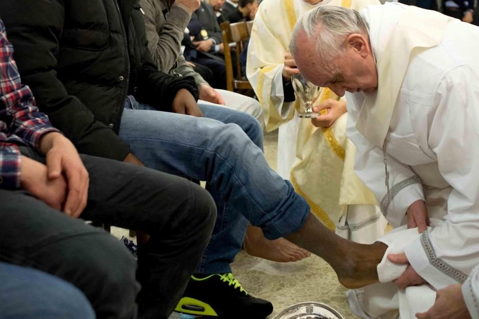Papa Francisco lava los pies a un musulman 2