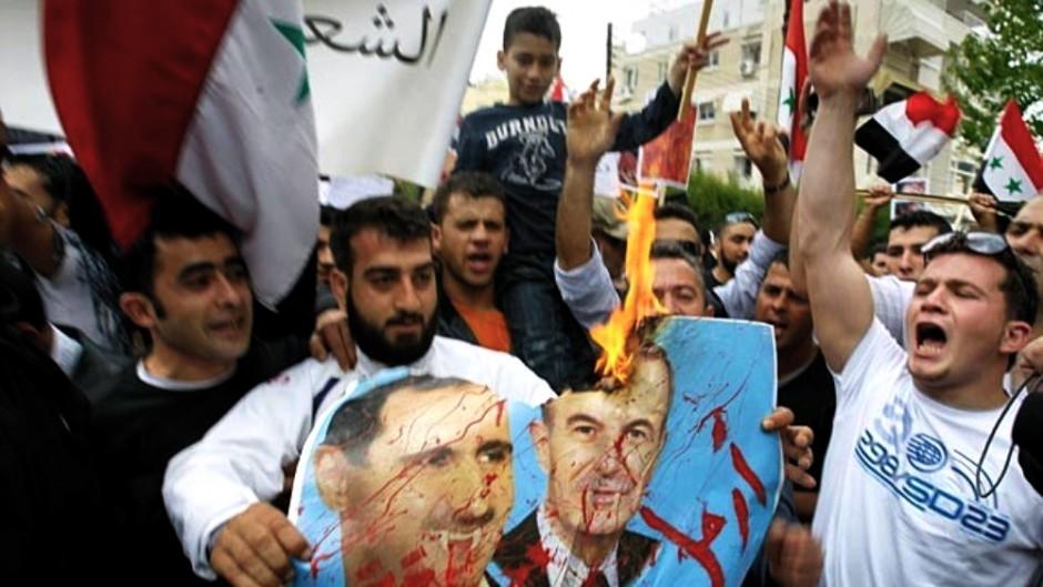 Una de las manifestaciones que están sacudiendo los países árabes. Ésta, de detractores del dictador sirio, Bashar al Asad.