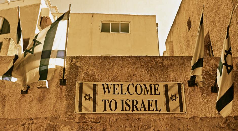 """Pancarta con la leyenda """"Bienvenido a Israel"""" en una calle de Yafo."""