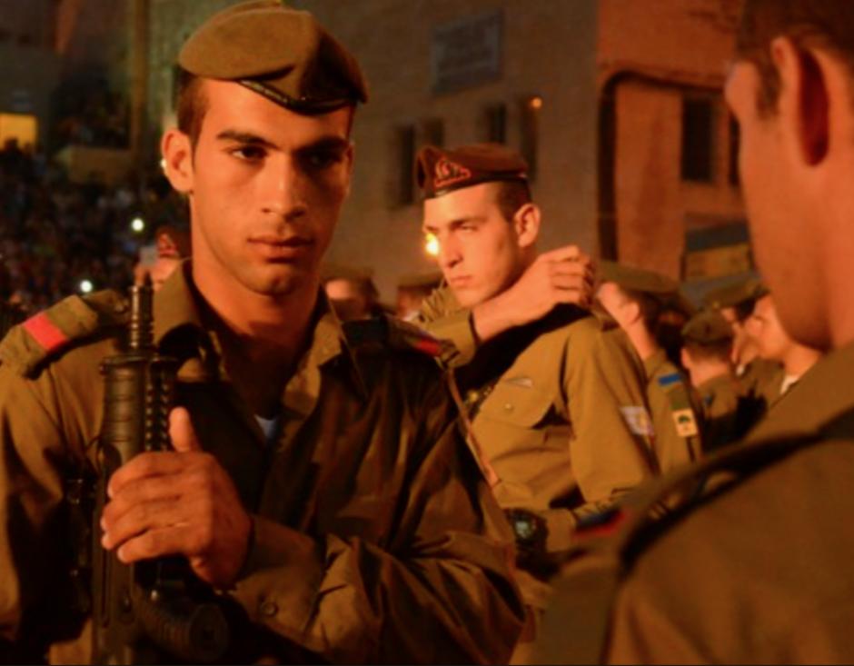 Se llama Mohamed Atrash y tiene 18 años. Es árabe, es musulmán. Es soldado de las Fuerzas de Defensa de Israel (IDF).
