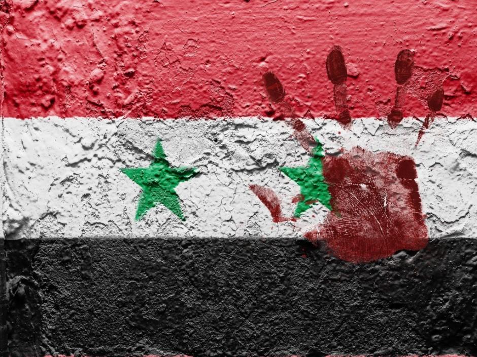 Bandera de Siria con una mano teñida de rojo estampada.