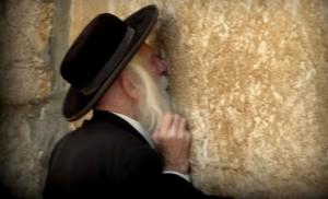 Un judío reza en el Muro de los Lamentos. (Foto: Mario Noya).