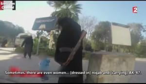 Una mujer siria graba en secreto un documental sobre la vida en Raqa bajo el dominio del Estado Islámico.