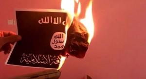 Bandera del Estado Islámico quemada.