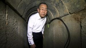Ban Ki Moon, en uno de los túneles excavados por Hamás en Gaza y que penetran en Israel.