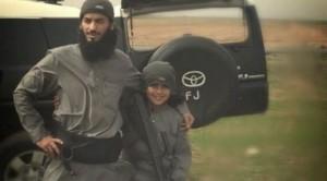 Abu Ubaidah y su padre, en una imagen difundida por el Estado Islámico.