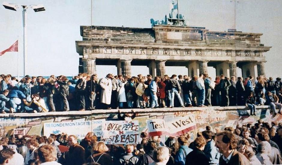Berlineses sobre el Muro