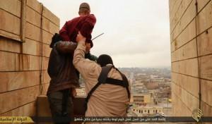 Terroristas del Estado Islámico despeñando a un joven acusado de ser gay.