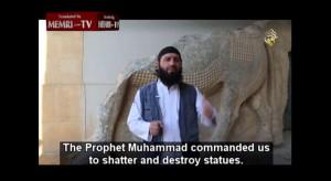 Un miembro del Estado Islámico, anunciando una destrucción de antigüedades.