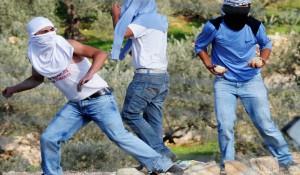 Palestinos lanzando piedras