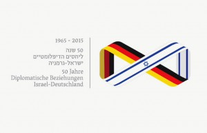 Banner conmemorativo del 50º aniversario de las relaciones Alemania-Israel.