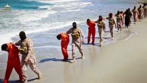 Terroristas del Estado Islámico se disponen a asesinar a prisioneros etíopes de fe cristiana.