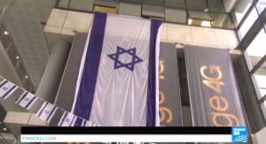 Banderas de Israel en la sede del socio israelí de Orange.