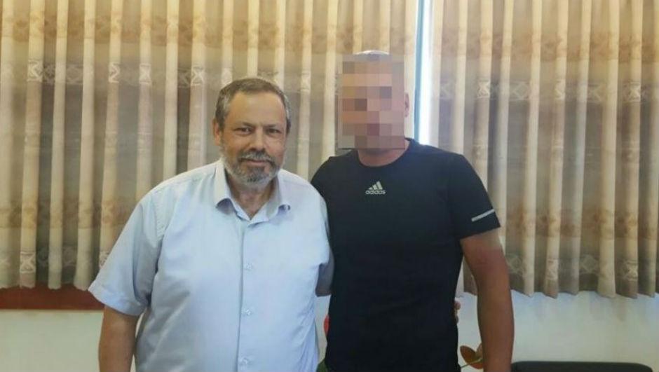 Yojai Damari y el héroe palestino, cuya identidad no ha sido revelada para que no sufra represalias.