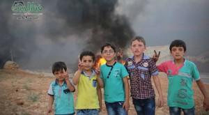 Niños de Alepo hacen el signo de la victoria ante una 'zona de exclusión aérea' artesanal.