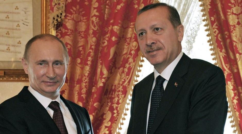 El primer ministro turco, Recep Tayyip Erdogan, a la derecha, y el presidente ruso, Vladimir Putin, se dan la mano en su reunión en Estambul, Turquía.