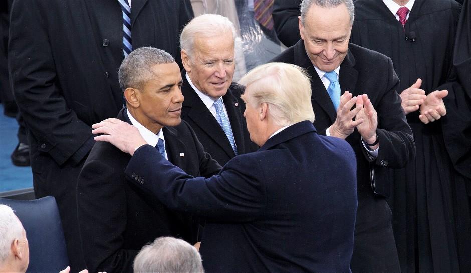 El nuevo presidente norteamericano Donald Trump estrecha la mano de su predecesor, en presencia de varios mandatarios, en la ceremonia inaugural de su mandato, el 20 de enero de 2017.