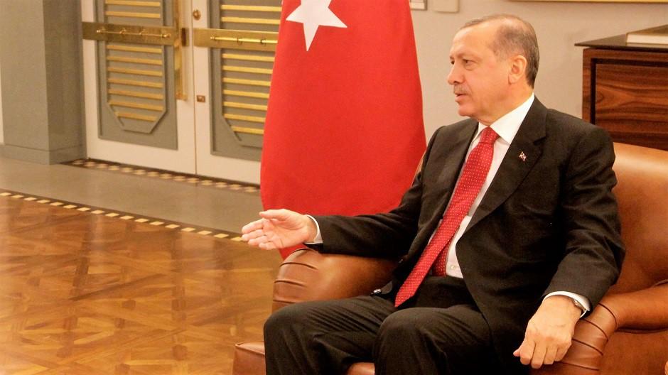 Erdogán sentado 940x528