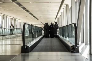 Un grupo de mujeres cubiertas en el aeropuerto de Dubai.