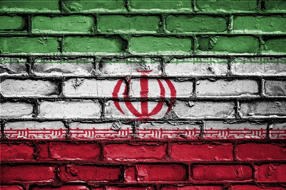 Bandera de Irán con muro de ladrillo