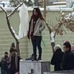 """Irán: acusada de """"alentar la inmoralidad o la prostitución"""" por quitarse el velo"""