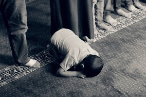 Islam niño rezando muslmán 940x626