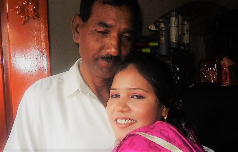 Asia Bibi abraza a su esposo en su hogar en Pakistán (mayo de 2013).