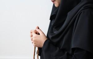 Mujer sosteniendo un rosario
