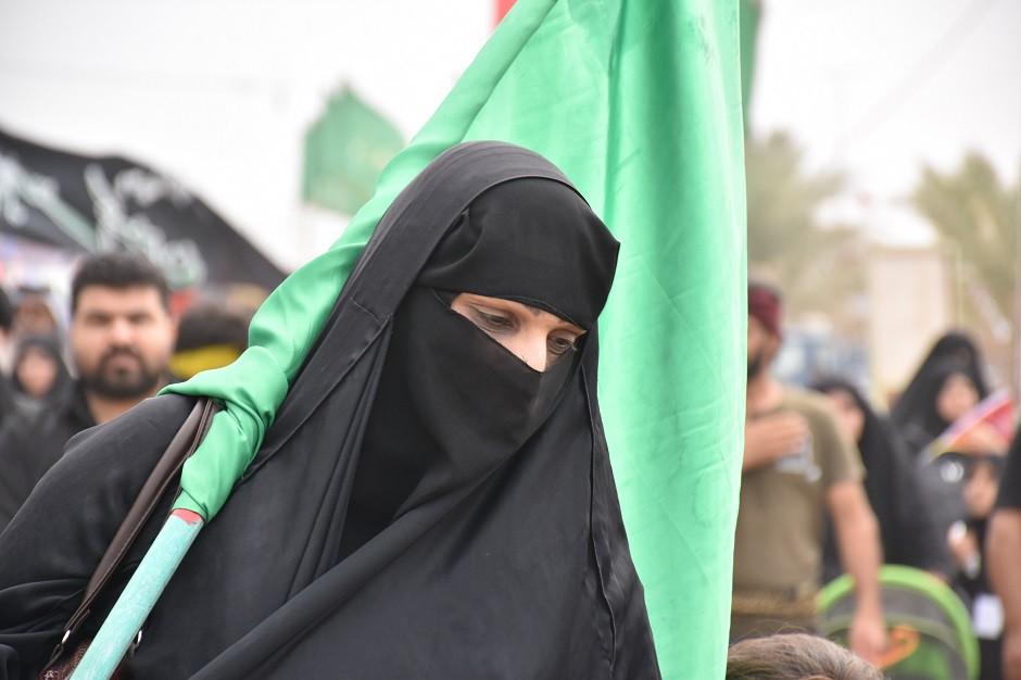 Mujer velo bandera arabia saudí 940x626